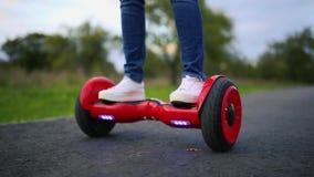 Feche acima do auto da roda dupla que equilibra o skate bonde Smart vídeos de arquivo