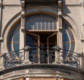 Feche acima do balcão com detalhes em 92 Rue Africaine, Bruxelas, Bélgica, construída no estilo típico de Art Nouveau por Benjami imagens de stock