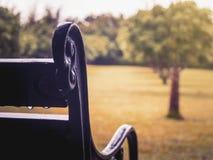 Feche acima do banco do vintage no jardim foto de stock