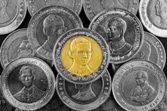 Feche acima do banho tailandês da moeda dez no fundo preto Foto de Stock