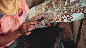 Feche acima do batik da pintura da mulher adulta com chanfradura video estoque