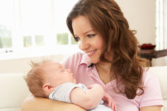Feche acima do bebé de afago da matriz afectuosa Imagem de Stock Royalty Free