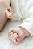 Feche acima do bebê de sono Girl& x27; mão de s imagem de stock