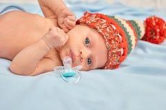 Feche acima do bebê recém-nascido do retrato que encontra-se na cama Fotografia de Stock