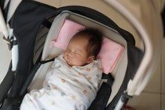 Feche acima do bebê do bebê de um mês no pram Imagem de Stock Royalty Free