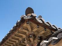 Feche acima do beirado de madeira, pintado do palácio de Gyengbokgung em Seoul de baixo de imagens de stock royalty free