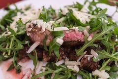 Feche acima do bife raro médio com queijo e vegetal imagem de stock