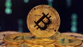 Feche acima do bitcoin com números mudados nos fundos video estoque