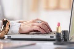 Feche acima do blogger da mulher da mão da fôrma que trabalha em um w criativo imagens de stock royalty free