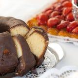 Feche acima do bolo com cobertura em chocolate delicioso Imagens de Stock Royalty Free