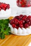 Feche acima do bolo da merengue com creme e arandos Fotografia de Stock Royalty Free