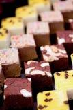 Feche acima do bolo de chocolate com porcas de caju Imagens de Stock Royalty Free