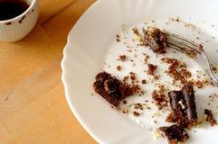 Feche acima do bolo de chocolate restante, com café sujo do chocolate, após o partido Fotografia de Stock Royalty Free