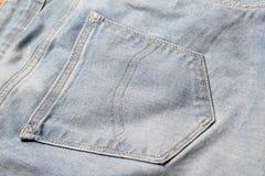 Feche acima do bolso traseiro das calças de brim velhas Foto de Stock Royalty Free