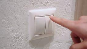 Feche acima do botão da pressão de mão para ligar a eletricidade filme