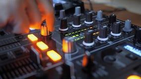 Feche acima do botão de giro da mão do instrumento do DJ fotos de stock