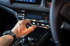 feche acima do botão manual do deslocamento de engrenagem da mão para concentrado industrial do carro fotos de stock