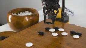 Feche acima do braço do robô com chinês do jogo vão jogo Experiência com manipulador inteligente Modelo do robô industrial filme