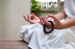 Feche acima do bracelete de pedra do grânulo na mão da menina Imagens de Stock