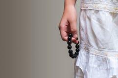 Feche acima do bracelete de pedra do grânulo na mão da menina Fotos de Stock