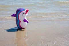 Feche acima do brinquedo inflável no litoral foto de stock