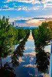 Feche acima do céu, da nuvem e da inundação do Rio Missouri das reflexões da árvore em 2019 do parque da borda de Tom Hanafan Riv fotografia de stock