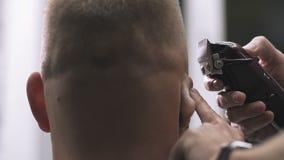 Feche acima do cabeleireiro do homem com barbeador elétrico Denominação com ajustador bonde vídeos de arquivo
