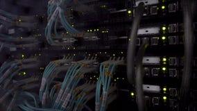 Feche acima do cabo de fibra ?tica Cremalheiras dos servidores luz do piscamento filme