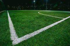 Feche acima do campo do futebol ou de futebol na noite Foto de Stock Royalty Free