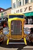 Feche acima do carro clássico amarelo fotografia de stock royalty free