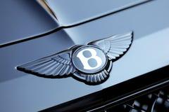 Feche acima do carro preto de Bentley Logo On The Bonnet Of A fotografia de stock