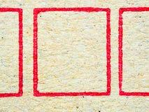 Feche acima do cartão ondulado marrom com quadrado vermelho Imagens de Stock