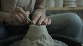 Feche acima do ceramist masculino, que está trabalhando no potenciômetro em seu estúdio vídeos de arquivo