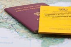 Feche acima do certificado, do passaporte e do mapa do mundo da vacinação Fotos de Stock