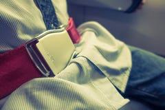 Feche acima do cinto de segurança da segurança no avião (Imagem filtrada p imagens de stock