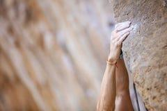 Feche acima do climber& x27; mãos de s Fotos de Stock Royalty Free