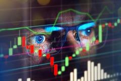 Feche acima do comerciante do mercado de valores de ação que olha o gráfico imagem de stock
