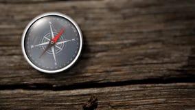 Feche acima do compasso que mostra para o norte em uma tabela de madeira rendição 3d vídeos de arquivo