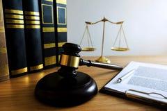 Feche acima do conceito da lei do objeto Julgue o martelo com os advogados e os originais de justi?a que trabalham na tabela foto de stock