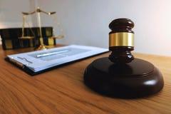 Feche acima do conceito da lei do objeto Martelo do juiz com advogados a de justiça fotos de stock royalty free