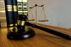 Feche acima do conceito da lei do objeto Martelo do juiz com advogados a de justiça imagens de stock