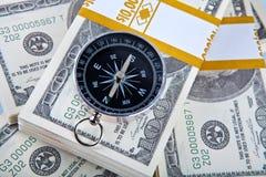 Feche acima do conceito do dinheiro e do compasso fotografia de stock royalty free