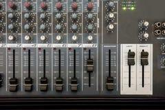 Feche acima do console do equalizador do misturador da música para o soun do controle do misturador fotos de stock royalty free