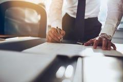 Feche acima do contrato de assinatura do homem de negócio fotografia de stock