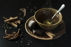 Feche acima do copo cerâmico marrom com chá verde quente, pão-de-espécie co fotos de stock royalty free