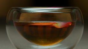 Feche acima do copo do chá e da hortelã em um fundo de madeira Vidro do fim quente do chá acima Bacia de fim chinês do extremo do Imagem de Stock