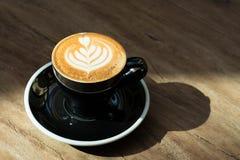 Feche acima do copo de café preto quente com arte MI do latte da forma do coração da árvore imagens de stock royalty free