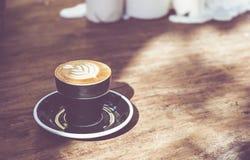 Feche acima do copo de café preto quente com arte MI do latte da forma do coração da árvore fotografia de stock