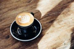 Feche acima do copo de café preto quente com arte MI do latte da forma do coração da árvore fotografia de stock royalty free