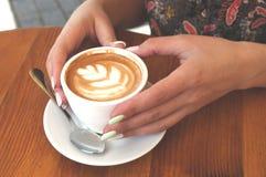 Feche acima do copo e das mãos de café imagens de stock